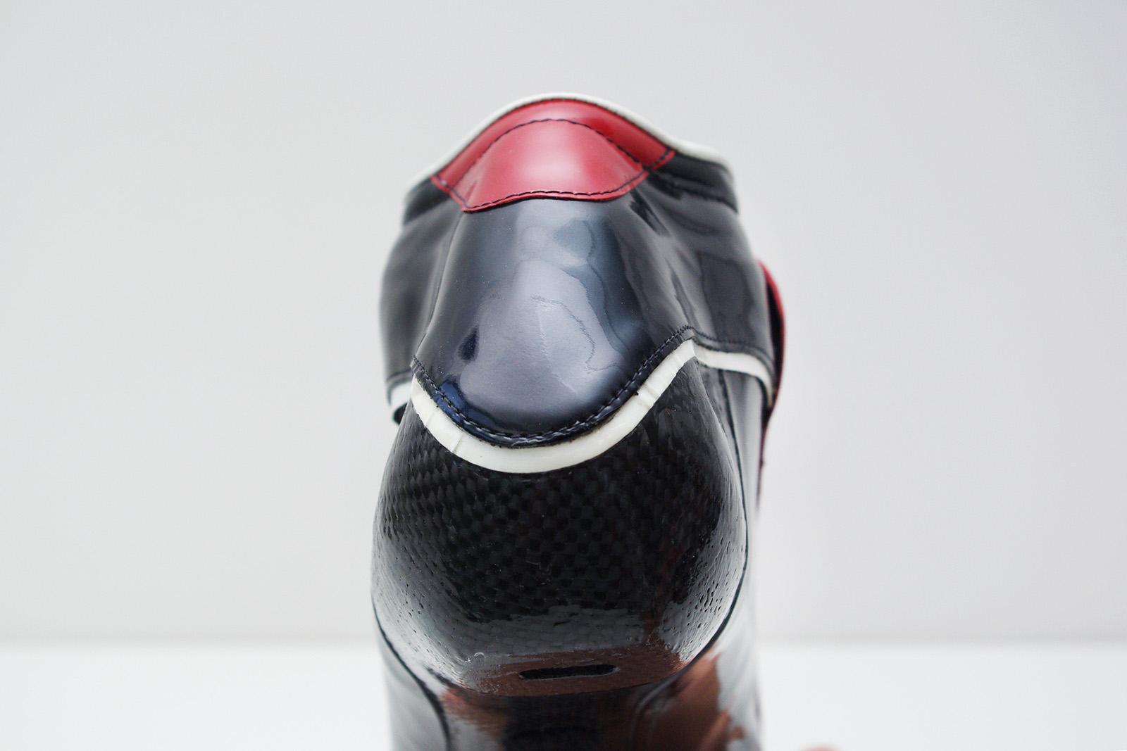 schaatsschoen rood detail achterzijde